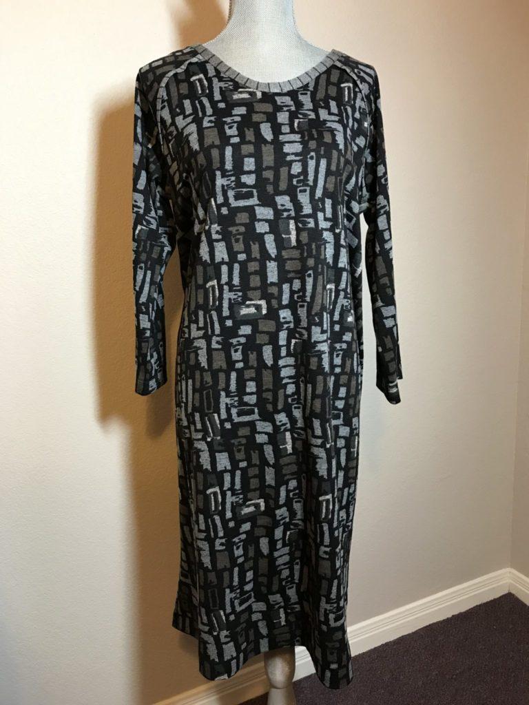Finished raglan sleeve dress in grey knit