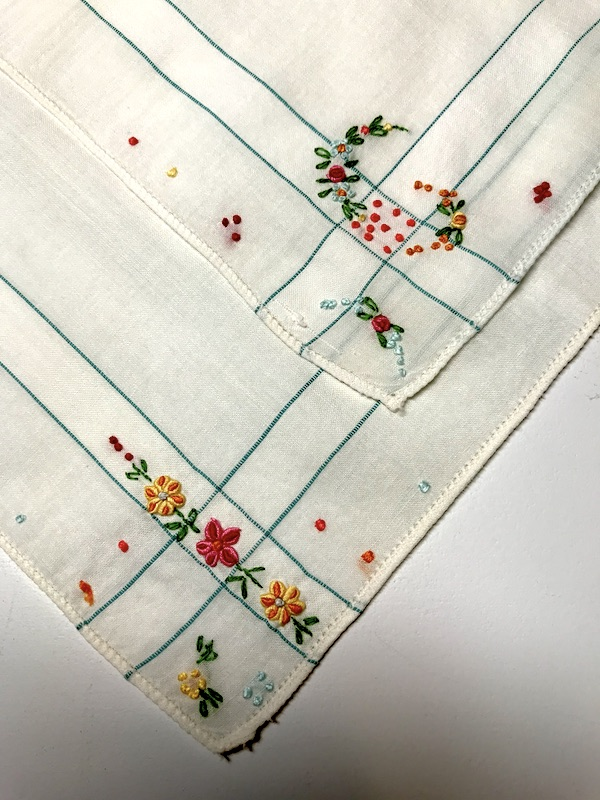 Vintage handkerchief set of 2 with dainty embroidered flowers